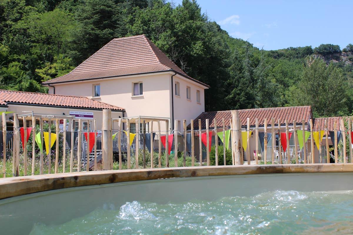 Photo prise du spa montrant l'hôtel La Peyrade à Cajarc