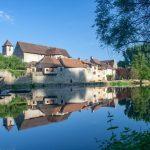 vue du village de Marcilhac sur Célé dans le Lot avec reflet sur le Célé