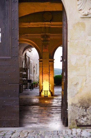 tombée du jour, porte ouvrant sur voute éclairée Château de Cénevières